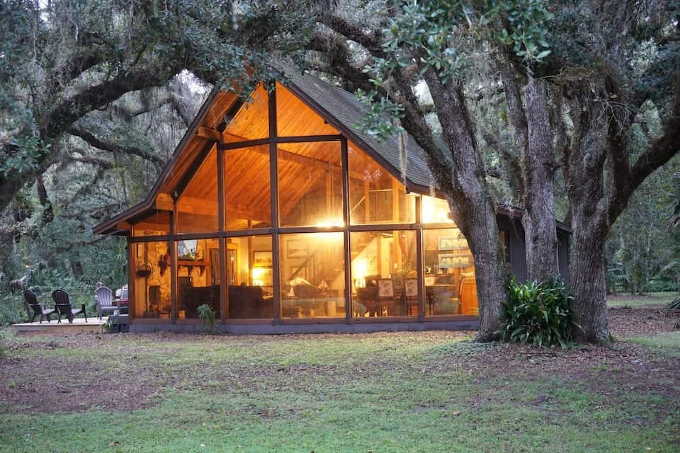 This cabin is ideal if wanting to visit any of the springs in ocala. great for a year round get a way