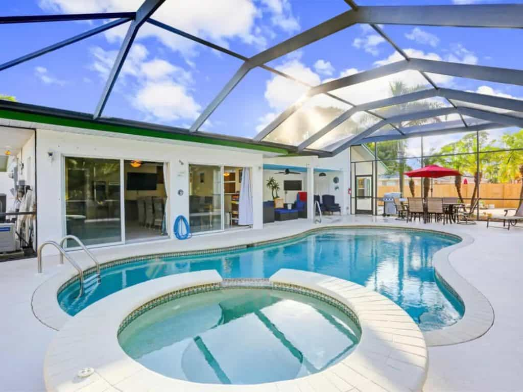 Photo of a screened in pool and hot tub property in Florida.