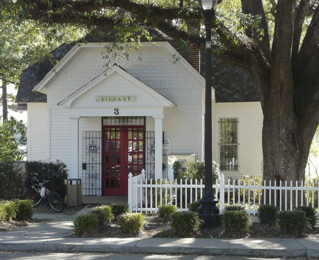 The historical town library of DeFuniak Springs.